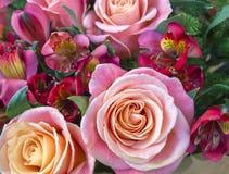 Mazzo rosa delle rose e del alstroemeria Fotografia Stock Libera da Diritti