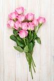 Mazzo rosa delle rose sopra la tavola di legno Fotografia Stock Libera da Diritti