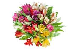 Mazzo rotondo di alstroemeria dei fiori multicolori dei gigli sul primo piano isolato fondo bianco fotografia stock