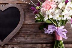 Mazzo rustico dai gillyflowers e dal alstroemeria su vecchio di legno Immagine Stock Libera da Diritti