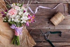 Mazzo rustico dai gillyflowers e dal alstroemeria su vecchio di legno Fotografie Stock