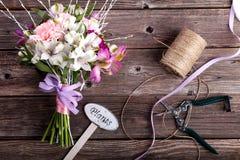 Mazzo rustico dai gillyflowers e dal alstroemeria su vecchio di legno Fotografia Stock
