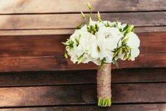 Mazzo rustico di nozze su backgraund di legno marrone su cerimonia pl fotografia stock libera da diritti