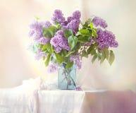 Mazzo soleggiato dei lillà sulla tavola dalla finestra Fotografia Stock Libera da Diritti