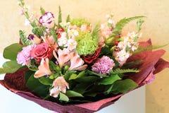 Mazzo solenne dei fiori per le belle signore, mazzo di rose Immagini Stock
