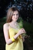 Mazzo sveglio della holding della ragazza di erba Fotografia Stock