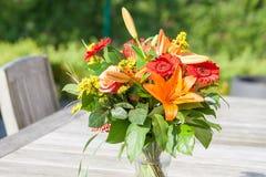 Mazzo variopinto dei fiori sulla tavola del giardino Immagini Stock Libere da Diritti