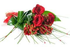 Mazzo variopinto del fiore dalle rose rosse su fondo bianco Fotografie Stock Libere da Diritti