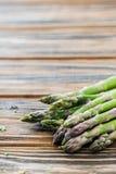 Mazzo verde crudo dell'asparago sulla tavola di legno Copi lo spazio immagini stock