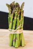 Mazzo verde fresco dell'asparago isolato Immagine Stock