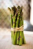 Mazzo verde fresco dell'asparago isolato su bianco Fotografia Stock Libera da Diritti