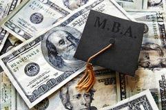 MBA-Absolventrad-Kappe auf Bargeld Stockbild