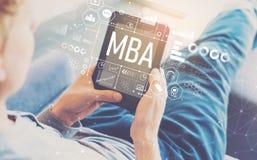 MBA com o homem que usa uma tabuleta fotografia de stock royalty free