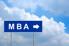 MBA eller förlage av affärsadministrationen på blått vägmärke Arkivfoto