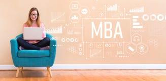 MBA met vrouw die laptop met behulp van royalty-vrije stock afbeelding