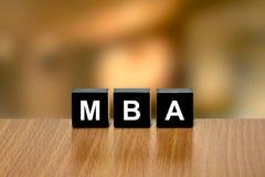 MBA o Master dell'amministrazione aziendale sul blocco nero Fotografia Stock Libera da Diritti