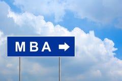 MBA ou maître de la gestion sur le panneau routier bleu Photo stock