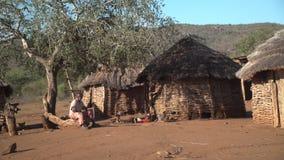 Mbabane, Σουαζιλάνδη - 6 Ιουνίου 2016: Παλαιά συνεδρίαση ατόμων σε ένα ναυπηγείο έξω από την αγροτική αφρικανική καλύβα του απόθεμα βίντεο
