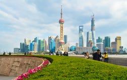 Mbankment en mooie Shanghai Pudong-horizon, Shanghai, China stock foto's