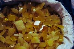 Âmbar no saco Em um fundo escuro Âmbar do close-up Âmbar para o anúncio e as vendas Pedra colorida Âmbar extraído Fotografia de Stock Royalty Free