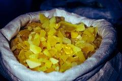 Âmbar no saco Em um fundo escuro Âmbar do close-up Âmbar para o anúncio e as vendas Pedra colorida Âmbar extraído Imagens de Stock