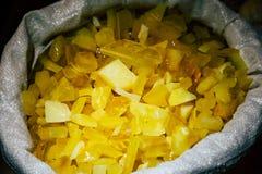 Âmbar no saco Em um fundo escuro Âmbar do close-up Âmbar para o anúncio e as vendas Pedra colorida Âmbar extraído Fotografia de Stock