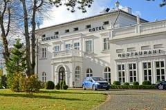 ÂMBAR, RÚSSIA Uma fachada do restaurante do hotel e do hotel de Schloss no dia do outono Região de Kaliningrad foto de stock royalty free