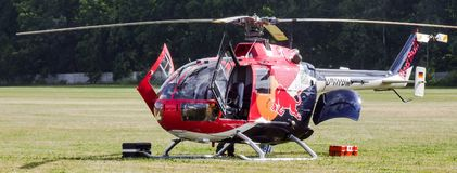 MBB Bo-105 de Eurocopter dos touros do voo no aeródromo da grama fotos de stock royalty free