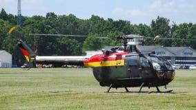 MBB Bo-105 Eurocopter немецкой военновоздушной силы на аэродроме с травяным покрытием Стоковые Изображения RF