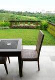 Möbel auf Patio mit Ansicht Lizenzfreies Stockbild