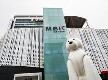MBK στρέφεται, επίσης γνωστός ως Mahboonkrong είναι μια μεγάλη λεωφόρος αγορών με με την άσπρη στάση γλυπτών έργου τέχνης σκυλιών Στοκ φωτογραφίες με δικαίωμα ελεύθερης χρήσης