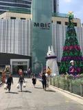 MBK-shoppinggalleria som dekoreras för jul, Bangkok Fotografering för Bildbyråer