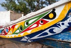 Mbour Senegal: Detalj av färgglade fiskebåtar som strandas i sanden arkivfoton