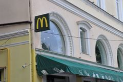 Mc唐纳德的façade的外在看法 名牌和商标 库存图片