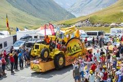 Mc Cain Vehicle in den Alpen - Tour de France 2015 Stockfotografie