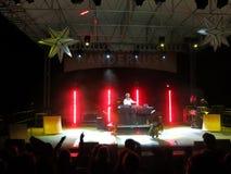 MC de Yogi danst met Elana Meta op stadium met DJ Drez die mus spinnen Stock Foto
