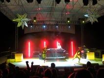 MC de Yogi danst met Elana Meta op stadium met DJ Drez die mus spinnen Stock Fotografie
