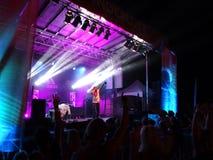 Ο γιόγκη MC δείχνει το δάχτυλο όπως προσχηματίζει στη σκηνή με το DJ Drez Στοκ εικόνες με δικαίωμα ελεύθερης χρήσης