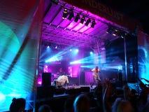 Προσχηματισμοί γιόγκη MC στη σκηνή με το DJ Drez Στοκ φωτογραφία με δικαίωμα ελεύθερης χρήσης