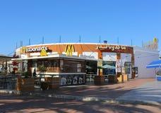 Mc Donald's -Schnellrestaurant mit arabischem Zeichen Stockbild