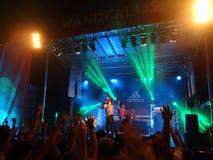 MC jogów punktów ręka gdy preforms na scenie z DJ Drez Fotografia Stock