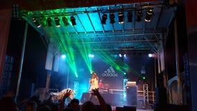 MC jogów punkty dotykają gdy preforms na scenie z DJ Drez Zdjęcia Stock