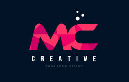 MC M C Letter Logo avec le bas poly concept rose pourpre de triangles Images stock