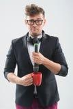 MC mettant le microphone dans la tasse Photo libre de droits