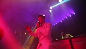 MC in scena che balla con la gente archivi video