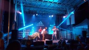 MC Trevor Hall i jogów preforms na scenie z DJ Drez Zdjęcia Royalty Free