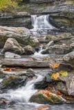 McCormicks-Nebenfluss-Wasserfall und Flusssteine Stockbilder