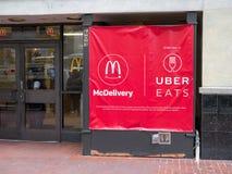 McDonald's reklamuje UberEats partnerstwa outside sklep zdjęcie royalty free