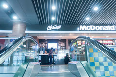 McDonald à l'aéroport Photographie stock libre de droits
