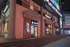 McDonald-Ausgang in der Nacht, Dalian, China Stockfoto